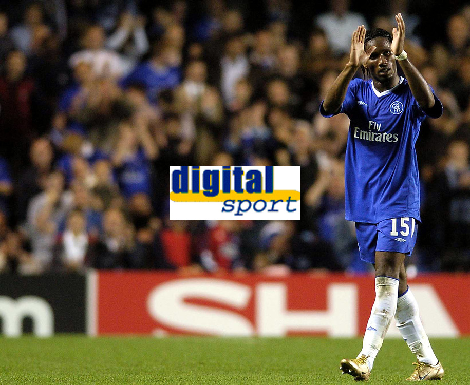 Fotball<br /> Champions League 2004/05<br /> Chelsea v Porto<br /> 29. september 2004<br /> Foto: Digitalsport<br /> NORWAY ONLY<br /> Chelsea scorer Didier Drogba acknowledges the applause of the crowd as he is substituted near the end