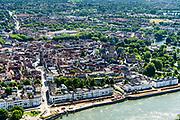Nederland, Gelderland, Gemeente Zutphen, 17-07-2017; centrum met langs de rivier de IJsselkade. De kade wordt opnieuw ingericht en krijgt een nieuwe hoogwaterkering.<br /> IJsselkade, town centre. <br /> <br /> luchtfoto (toeslag op standard tarieven);<br /> aerial photo (additional fee required);<br /> copyright foto/photo Siebe Swart