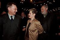 18 JAN 2001, BERLIN/GERMANY:<br /> Gerd Sonnleitner (L), Praesident des Deutschen Bauernverbandes, Renate Kuenast (M), B90/Gruene, Bundeslandwirtschafts- und verbraucherschutzministerin, und Dr. Franz Fischler (R), EU Kommisar fuer Landwirtschaft, im Gespraech, Eroeffnungsfeier Internationale Gruene Woche Berlin 2001, ICC Berlin<br /> IMAGE: 20010118-02/02-11<br /> KEYWORDS: Renate Künast, Grüne Woche, Gespräch