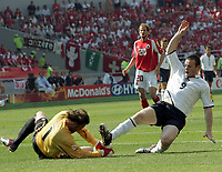 Fotball, 17. juni 2004, EM, Euro 2004, Sveits -  England, Der Schweizer Joerg Stiel gegen den Englaender Wayne Rooney <br /> <br /> Foto: Digitalsport