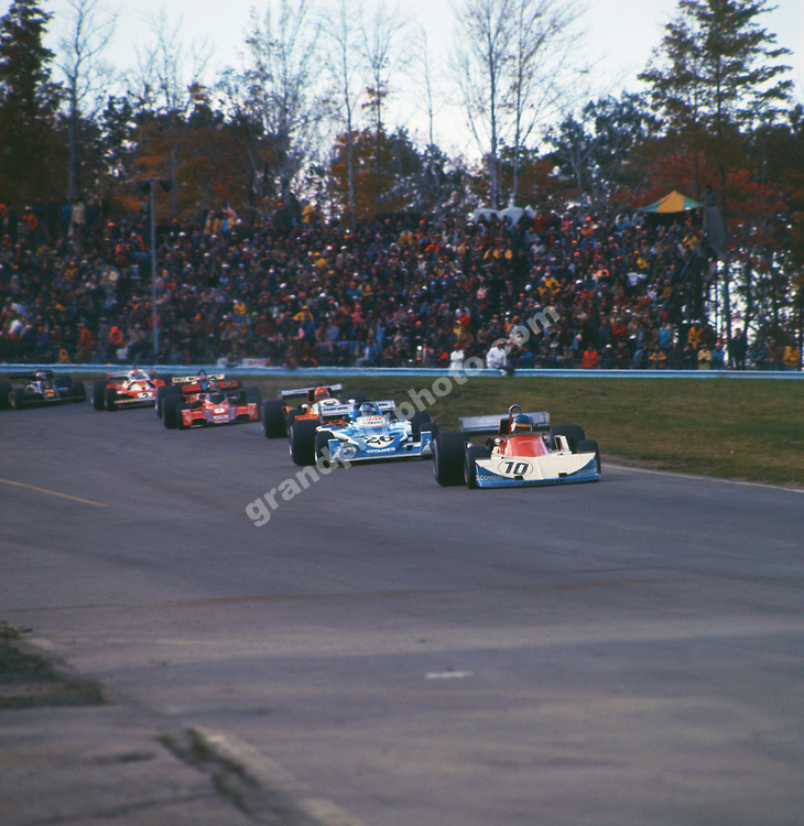 Ronnie Peterson (March-Ford) leads Jacques Laffite (Ligier-Matra) and Vittorio Brambilla (March-Ford) and others in the 1976 United States East Grand Prix in Watkins Glen. Photo: Grand Prix Photo
