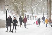 In Utrecht maken veel mensen een wandeling in de sneeuw.  Nederland geniet van de eerste sneeuw sinds lange tijd.<br /> <br /> In Utrecht, many people take a walk in the snow. People in the Netherlands enjoy the first snow since years.