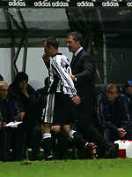 Fotball<br /> UEFA Cup 2004/2005<br /> Foto: SBI/Digitalsport<br /> NORWAY ONLY<br /> 04.11.2004<br /> <br /> Newcastle v Dinamo Tblisi<br /> <br /> Newcastle's manager, Graeme Souness (R), congratulates Lee Bowyer (L) on his performance.