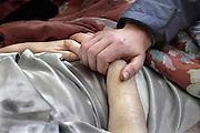 Nederland, Nijmegen, 16-5-2007Huisarts bezoekt terminale patient. Menselijk contact, zieke, eerstelijnszorg. Foto: Flip Franssen