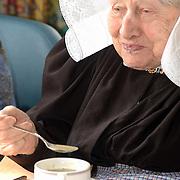 Bejaardentehuis Vooranker Huizen, eten, bewoners, Mw. Horst, Huizer klederdracht