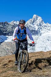 15-09-2017 ITA: BvdGF Tour du Mont Blanc day 6, Courmayeur <br /> We starten met een dalende tendens waarbij veel uitdagende paden worden verreden. Om op het dak van deze Tour te komen, de Grand Col Ferret 2537 m., staat ons een pittige klim (lopend) te wachten. Na een welverdiende afdaling bereiken we het Italiaanse bergstadje Courmayeur. Xander