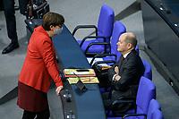 08 DEC 2020, BERLIN/GERMANY:<br /> Sakia Esken (L), MdB, SPD, SPD Parteivorsitzende, und Olaf Scholz (R), SPD, Bundesfinanzminister, im Gespraech, vor Beginn der Haushaltsdebatte, Plenum, Reichstagsgebaeude, Deuscher Bundestag<br /> IMAGE: 20201208-02-001<br /> KEYWORDS: Mund-Nase-Schutz, Corona, Corvid-19, Gespräch; Mundschutz