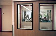 Nederland, Nijmegen, 10-9-2009Patient met kanker ligt in een isolatie kamer van een ziekenhuis. Dit om zo min mogelijk met bacterien van buiten in aanraking te komen. Een verpleegkundigen verzorgt een patient die in isolatie ligt. De kamer is gescheiden met de afdeling door een sluis.Foto: Flip Franssen