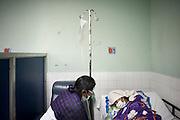 Una madre assiste la figlia durante una seduta di dialisi peritoneale nell'ospedale pubblico Heodra di Leon. Questa sala, non essendo asettica come dovrebbe, ha provocato serie infezioni a diversi pazienti che qui abitualmente si curano.<br /> <br /> 16 maggio  2016 . Daniele Stefanini /  OneShot