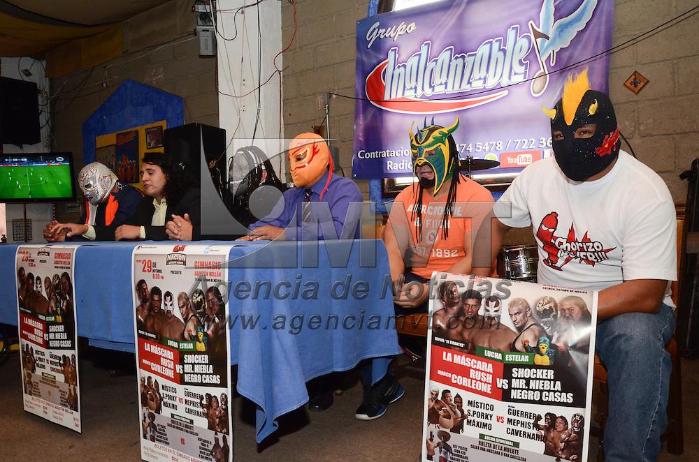 Toluca, México.- Luchadores pertenecientes al el Consejo Mundial de Lucha Libre durante conferencia de prensa, donde anunciaron la presentacion titulada La ruleta de la muerte 2015 el próximo 29 de octubre, teniendo como escenario el Gimnasio de la Deportiva Agustín Millán. Agencia MVT / Arturo Hernández.