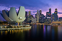 Singapour, Marina Bay, Musée des Arts et des Sciences en forme de fleur de lotus de l'architecte Moshe Safdie // Singapore, Marina Bay, Arts and Sciences Museum built like a lotus flower shape by the architect Moshe Safdie