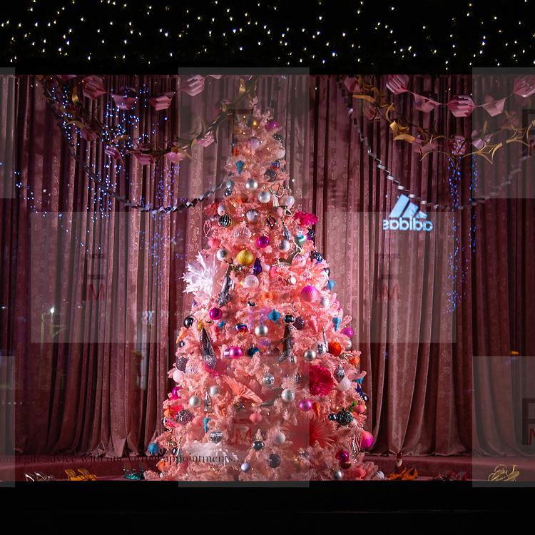 Dopo gli alberi di Natale stilizzati di @Tiffany in @Bondstreet, è la volta di quello esposto in una delle vetrine di Selfridges in @OxfordStreet a Mayfair.<br /> .<br /> After the stylized @Tiffany's Christmas trees, now is the time to glance those in the Selfridges windows in Oxford Street in Mayfair.