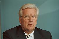 11 JUN 2001, BERLIN/GERMANY:<br /> Manfred Timm, Vorstandssprecher Hamburger Electricitaetswerke AG, HEW, waehrend der Unterzeichnung einer Vereinbarung zwischen der Bundesregierung und den Kernkraftwerksbetreibern zur geordneten Beendigung der Kernenergie, Bundeskanzleramt, Willy-Brand-Strasse<br /> IMAGE: 20010611-03/02-15<br /> KEYWORDS: Energiekonsens, Atomkonsens, Kernkraft, Kernenergie, Konsens, Energieversorgungsunternehmen