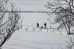 THEMENBILD - Spaziergänger gehen auf einem Winterwanderweg und ziehen einen Holzschlitten, auf dem ein Kind sitzt, aufgenommen am 08. Februar 2020 in Kaprun, Oesterreich // Walkers walk along a winter hiking trail and pull a wooden sledge with a child sitting on it, in Kaprun, Austria on 2020/02/08. EXPA Pictures © 2020, PhotoCredit: EXPA/Stefanie Oberhauser