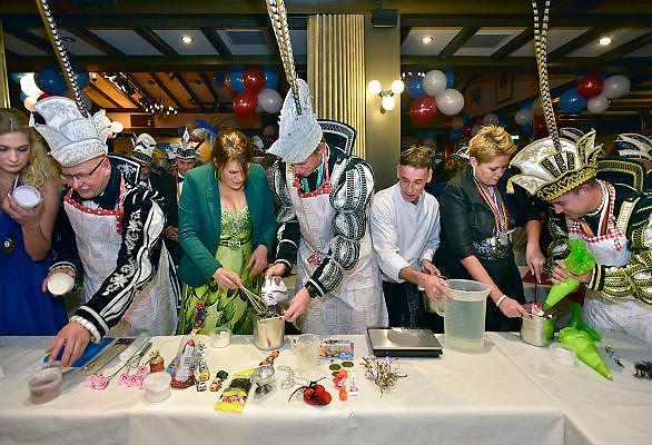 Nederland, Elst 11-11-2014Overbetuwse carnavalsprinsen werken aan een taart. Dat deden zij op de 11e van de 11e, bij de start van het carnavalsseizoen, ter gelegenheid van het elfde Overbetuwse prinsentreffen in Het Wapen van Elst. Om het elfde prinsentreffen een feestelijk tintje te geven, werden de prinsen aan het werk gezet. In navolging van Heel Holland Bakt mochten zij een taart bakken. Prinsen van De Deurdouwers (Herveld-Andelst), de Toorenuulen (Driel), De Wielewoalers (Oosterhout), De Waalkanters (Slijk-Ewijk), 't Blauwe Striekske (Valburg), Zet 'm Op en De Batsers (Elst) zetten hun beste beentje voor.FOTO: FLIP FRANSSEN/ HOLLANDSE HOOGTE