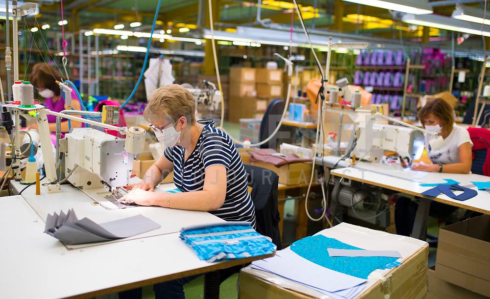 DEU, Deutschland, Germany, Eberswalde, 11.06.2020: Bei der Firma Thorka arbeiten Näherinnen in der Schulranzenproduktion und fertigen zudem Feder- und Sporttaschen. In der Corona-Krise produziert der Schulranzenhersteller (McNeill) auch Mund-Nase-Schutzmasken.