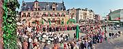 Nederland, Nijmegen, 23-9-1998  Vanwege het 75 jarig bestaan van de radboud universiteit, destijds de KUN, katholieke, lopen hoogleraren, professoren, in toga en cortege van het stadhuis naar de stevenskerk voor een plechtige bijeenkomst waarbij ook de koningin beatrix aanwezig zal zijn. Ze lopen over de grote markt met het waaggebouw .Foto: Flip Franssen