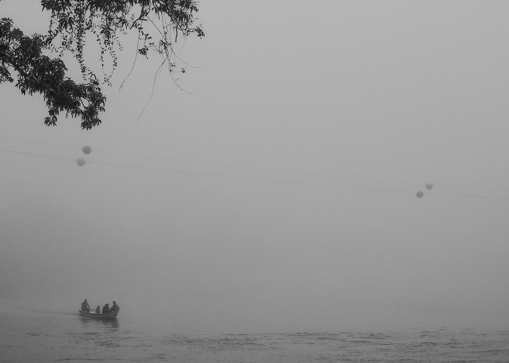 Camopi, Guyane, 2015.<br /> <br /> La commune de Camopi s'étend en pays amérindien Teko et Wayãmpi sur une superficie de 10 030 km² au Sud Est de la Guyane. La commune créée en 1969 est constituée d'une zone d'administration centrale, le bourg de Camopi et d'une zone de vie annexe dans les villages de Trois-Sauts à une journée de pirogue en saison haute et deux jours en saison sèche.<br /> Commune la plus enclavée de la Guyane, les activités économiques y sont quasi inexistantes. Un transporteur fluvial fait le lien avec Saint-Georges de façon hebdomadaire, en fonction des besoins. Le voyage peut durer entre quatre heures et deux jours. Une annexe du collège de Saint-Georges a été ouverte en 2008.<br /> Jusqu'alors les enfants étaient scolarisés à Saint-Georges, à deux cents kilomètres en aval et hébergés dans un home indien, un pensionnat catholique. Une piste d'aviation inutilisable en saison des pluies est en cours d'aménagement. Camopi est situé dans une région aurifère qui fait partie des plus riches du monde en matière de biodiversité. Sans autre réelle perspective de vie, certains habitants participent aux transports fluviaux qui alimentent les sites d'orpaillage illégaux de la région.<br /> <br /> Les suicides récurrents qui touchent la communauté amérindienne de Camopi depuis quelques années ont remis en question le maintien de la zone d'accès réglementé mise en place en 1970, qui limite les apports de l'extérieur et contribue à l'isolement de la commune. A la demande de la population, le préfet a extrait le bourg de Camopi de cette zone soumise à autorisation le 14 juin 2013. Un accord préfectoral est toujours nécessaire pour remonter dans les écarts le long de la rivière Camopi et dans les villages de Trois-Sauts.