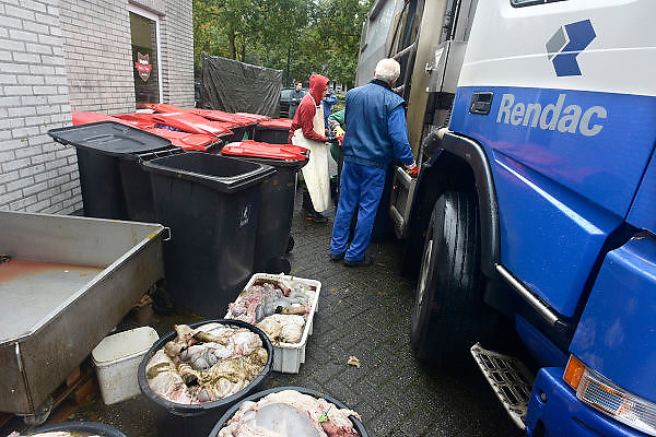 Nederland, Elsendorp, 15-10-2013Turken halen hun geslachtte schaap op bij slagerij Vogels om het offerfeest te vieren.Slachtafval wordt later door afvalverwerker Rendac opgehaald.Foto: Flip Franssen/Hollandse Hoogte