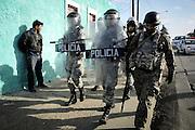 Javier Calvelo/ URUGUAY/ MONTEVIDEO/ Barrio Marconi - Aparicio Saravia y San Martín/ Incidentes en barrio Marconi. La Dirección de la Policía Nacional llego al lugar de los incidentes y hay efectivos de la Guardia Republicana y de la Jefatura de Policía de Montevideo en el lugar. Un joven murió y otro está herido. Gente de la zona apedreó a un patrullero y a los medios que estaban en el lugar.<br /> En la foto: Operativo policial tras los incidentes en barrio Marconi  Foto: Javier Calvelo/ adhocFotos<br /> 20160527 dia viernes<br /> adhocFotos