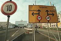 08 JAN 2001, BERLIN/GERMANY:<br /> Brandenburger Tor, waehrend Renovierung mit T-Online Werbung verhuellt, und Verkehrschilder <br /> IMAGE: 20010108-01/01-31<br /> KEYWORDS: Verkehr