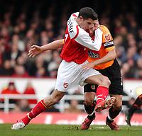Photo. Daniel Hambury, Digitalsport<br /> Arsenal v Sheffield United. <br /> FA Cup Fifth Round.<br /> 19/2/2005.<br /> Arsenal's Robin van Persie gets to grips with Sheffield United's Phil Jagielka.