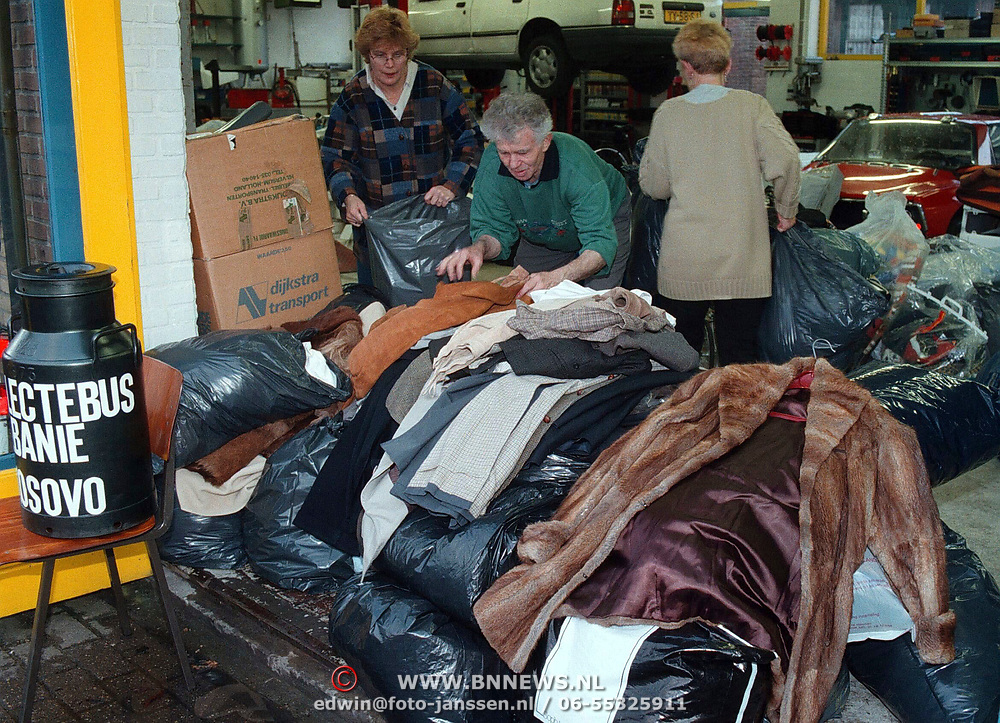 Inladen hulpgoederen voor Albanie bij garage Lubbers