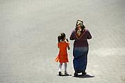 Turkije, Mustaphapasha, 8-6-2011Straatbeeld. Vrouw met hoofddoek loopt met meisje, dochter, kleindochter, op straat.Foto: Flip Franssen