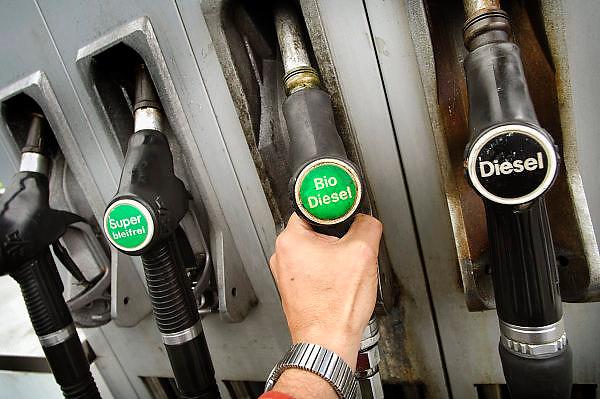 Duitsland, Kleef, 30-9-2005..Biodiesel, bio diesel brandstof tanken aan de pomp in Kleve. Tankstation, alternatieve energie, brandstof gemengd met koolzaadolie voor dieselauto, dieselmotor, milieu, uitstoot, roetuitstoot, fijne roetdeeltjes, vervuiling, gezondheid, schoon, schoner...Foto: Flip Franssen/Hollandse Hoogte