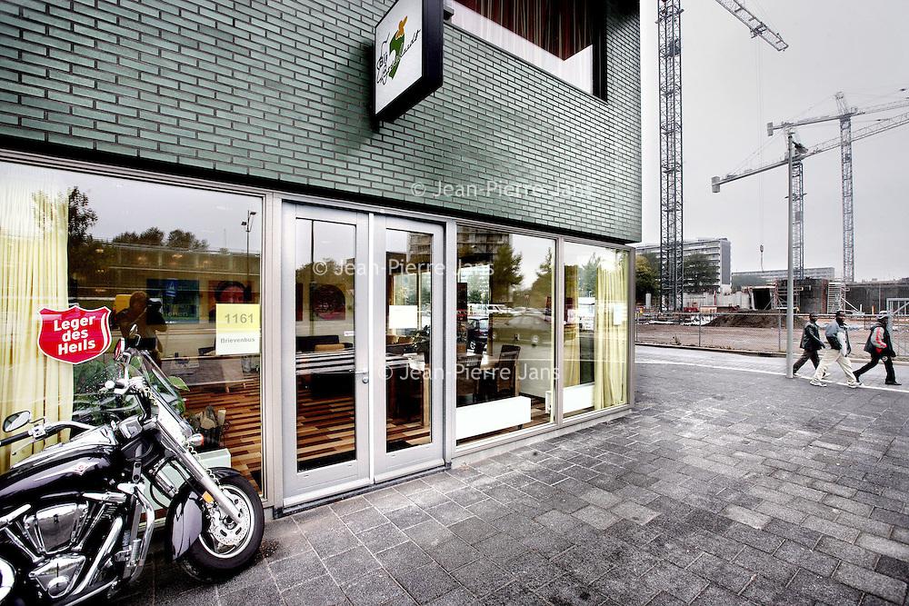 Nederland, Amsterdam , 22 oktober 2009..Het Leger Des Heils op de Kikkensteinstraat 5 in amsterdam Zuid Oost met o.a. verkoop van 2e hands kleding. Rechts bij de hijskranen komt een geheel nieuw winkelcentrum ..s.v.p. FOTO NIET AANSNIJDEN!