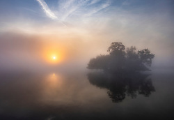 © Licensed to London News Pictures. 22/09/2021. London, UK. The sun rises over a misty Pen Ponds in Richmond Park on the first day of autumn. Warm temperatures have heralded the start of the autumn season this week. Photo credit: Peter Macdiarmid/LNP