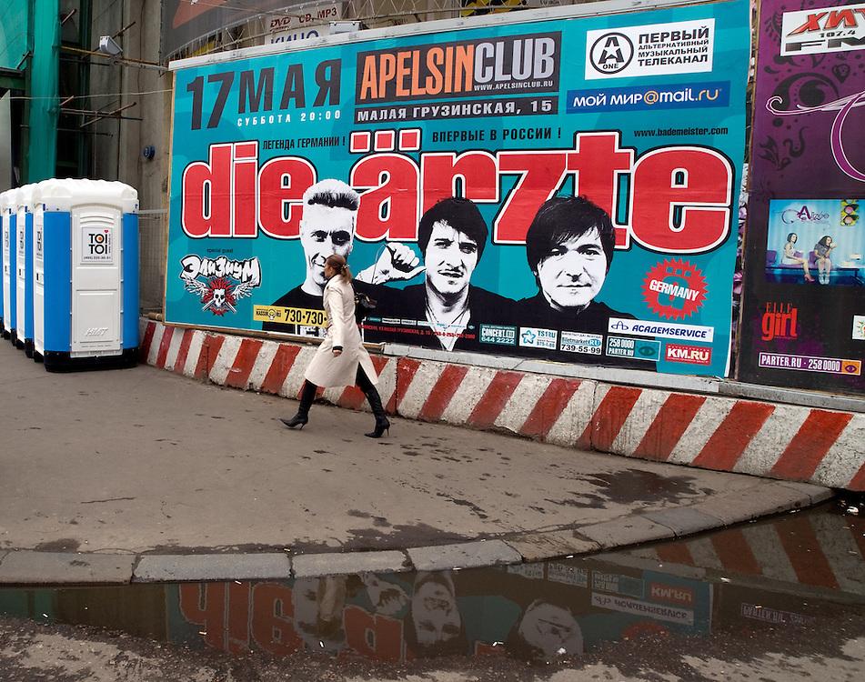 "Moskau/Russische Foederation, RUS, 07.05.2008: Plakatwand mit Werbung fuer die deutsche Band Die Aerzte welche im Moskauer ""Apelsinclub"" am 17. Mai 2008 ihre Europatournee begonnen haben. <br /> <br /> Moscow/Russian Federation, RUS, 07.05.2008: Billboard for the German band Die Aerzte which started their European Tour at the ""Apelsinclub"" on the 17th of May 2008."