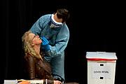UTRECHT, 20-02-2021, Beatrixtheater<br /> <br /> Masterclass Geluk van Guido Weijers in het Beatrixtheater van de Jaarbeurs in Utrecht. Tijdens de voorstelling wordt onderzoek uitgevoerd door Fieldlab Evenementen. <br /> <br /> Een gedeelte van de bezoekers krijgen een extra sneltest