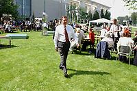 11 AUG 2002, BERLIN/GERMANY:<br /> Gerhard Schroeder, SPD, Bundeskanzler, waehrend einem Kuenstlerbrunch, Garten, Bundeskanzleramt<br /> IMAGE: 20020811-01-031<br /> KEYWORDS: Gerhard Schröder, Künstlerbrunch