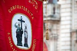 Lecce - Festeggiamenti in onore di Sant'Oronzo, San Giusto e San Fortunato. Lo stemma della Confraternita Santa Croce - S. Elena - S. Maria Goretti identifica i gruppi che seguiranno la processione.  Alla processione partecipano anche tutte le confraternite e le associazioni religiose presenti in città e nel territorio della diocesi di Lecce