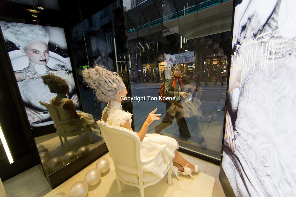 Life model in the display of a shop in naples