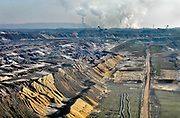 Duitsland, Germany, Deutschland, Jackerath, 10-09-2018  De bruinkoolcentrales van Frimmersdorf en Grevenbroich worden gestookt met bruinkool die in de open bruinkoolmijn Garzweiler wordt gewonnen. De mijn en centrales zijn eigendom van energiemaatschappij RWE. De graafmachine is gebouwd door staalbedrijf Krupp en elektronicabedrijf Siemens. Door de bruinkoolwinning verdwijnen verschillende dorpen ten oosten van Erkelenz, zoals Immerath. Noordrijn-Westfalen heeft het besluit genomen om de bruinkoolmijn Garzweiler II in te perken. Het besluit van de deelstaatregering wordt uitgelegd als een belangrijke koerswijziging in de richting van een definitieve afbouw van de bruinkoolmijn, die de grootste is van Duitsland. De bruinkoolmijn en de bijbehorende energiecentrales blijven zeker tot 2030 in bedrijf. Energiebedrijf RWE, de eigenaar van de mijn, heeft een concessie tot 2045. De bruinkoolgebieden liggen niet ver van de grens met Nederland en de centrales beinvloeden de luchtkwalitiet. Foto: Flip Franssen