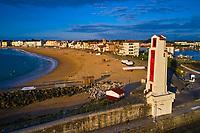 France, Pyrénées-Atlantiques (64), Pays Basque, baie de Saint-Jean-de-Luz, phare construit d'après les plans de André Pavlovsky en 1936 // France, Pyrénées-Atlantiques (64), Basque Country, bay of Saint-Jean-de-Luz
