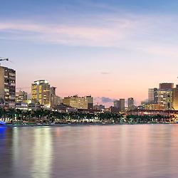 A Marginal de Luanda (Av.  4 de Fevereiro) vista da baía ao anoitecer.