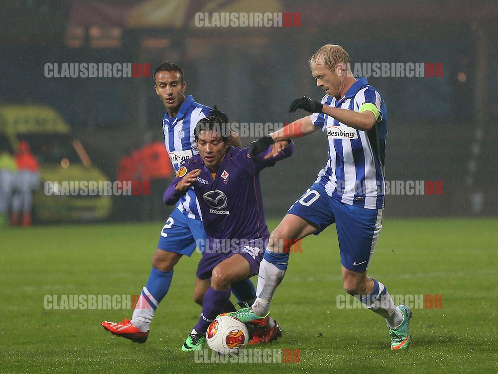 Anfører Hans Henrik Andreasen og Mohammed Fellah (Esbjerg) kæmper med Matias Fernandez (Fiorentina).