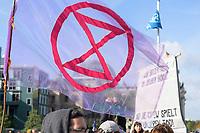 09 OCT 2019, BERLIN/GERMANY:<br /> Extinction Rebellion (XR), eine globale Umweltbewegung protestiert mit der Blockade von Verkehrsknotenpunkten fuer eine Kehrtwende in der Klimapolitik, im Hintergrund die Kuppel des Reichstagsgebaeudes, Marschallbruecke<br /> IMAGE: 20191009-02-023<br /> KEYWORDS: Demonstration, Demo, Demonstranten, Klima, Klimawandel, climate change, protest, Marschallbrücke