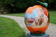 Appeltjes van Soestdijk<br /> <br /> Deze zomer staan de paleistuinen van Paleis Soestdijk volledig in het teken van de Appeltjes van Soestdijk. De kleurrijke collectie van maar liefst 50 beschilderde appels is vanaf 30 april te zien en voert u door de prachtige tuinen. De appels hebben een doorsnee van maar liefst een meter. De kunstenaars hebben zich laten inspireren door o.a. Koninklijke familieportretten, paleizen, landschappen, geschiedenis en toekomst van ons vorstenhuis. <br /> <br /> Apples of Soestdijk<br /> <br /> This summer, the palace gardens of Soestdijk are completely dominated by the Apples of Soestdijk. The colorful collection of no less than 50 painted apples can be seen from April 30 and run through the beautiful gardens. The apples have a diameter of no less than one meter. The artists were inspired by ao royal family portraits, palaces, landscapes, history and future of our dynasty.<br /> <br /> Op de foto / On the photo: Prins Bernhard