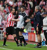 Fotball<br /> England 2004/2005<br /> Foto: SBI/Digitalsport<br /> NORWAY ONLY<br /> <br /> Sunderland v Stoke City, Coca-Cola Championship, Stadium of Light, Sunderland 08/05/2005.<br /> <br /> Sunderland's manager, Mick McCarthy (R) gives Marcus Stewart (L) a handshake as he is substituted.