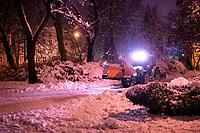 Bialystok, 26.01.2017. Nocny Bialystok pod sniegiem. Po całodobowych obfitych opadach sniegu miasto zostalo przykryte 30 cm warstwa bialego puchu. N/z odsniezanie Parku Planty fot Michal Kosc / AGENCJA WSCHOD