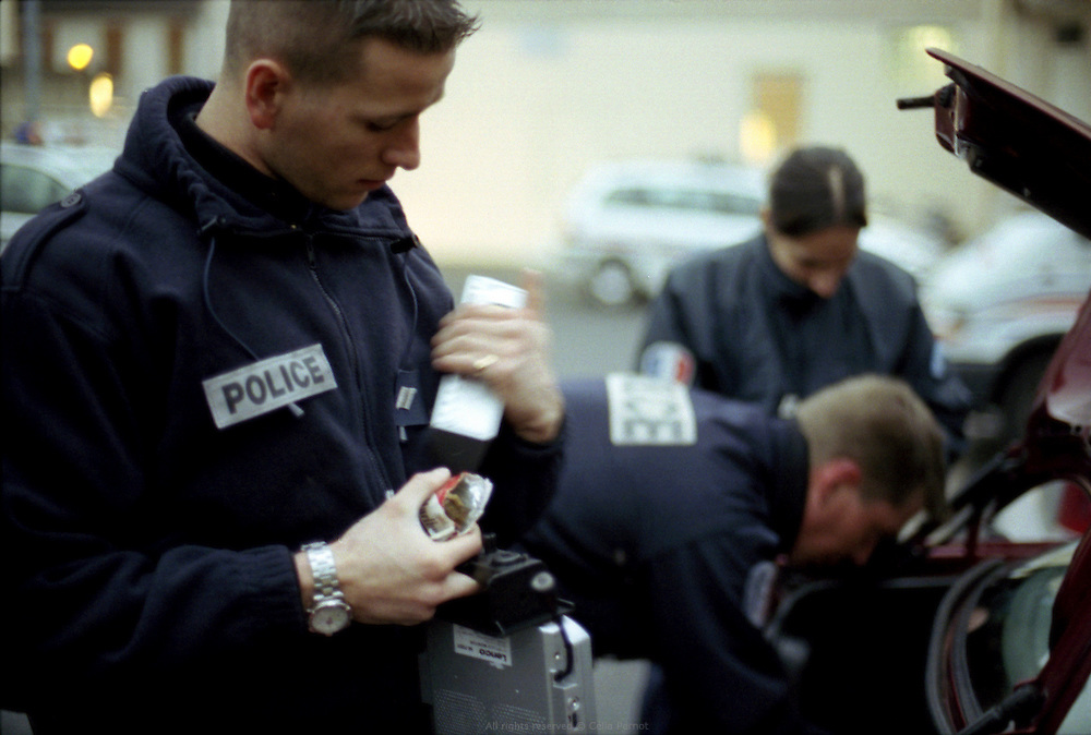 Membres du GAT, en patrouille quotidienne dans la cité des Tarterêts. Contrôle de véhicule.<br /> <br /> Members of the GAT, during their daily patrol in the Tarterêts neighborhood. Car search.