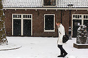 Een meisje loopt door de sneeuw bij Oudenoord in Utrecht.<br /> <br /> A girl is walking in the snow at Oudenoord in Utrecht.