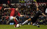 Fotball<br /> Privatlandskamp<br /> England v Nederland<br /> 9. februar 2005<br /> Foto: Digitalsport<br /> NORWAY ONLY<br /> Owen Hargreaves is challenged by Denny Landzaat