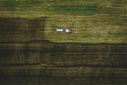 THEMENBILD - Ein Landwirt mit seinem Traktor bringt Gülle auf einem Feld aus, aufgenommen am 04. Juni 2020 in Piesendorf, Österreich // A farmer with his tractor fertilizes a meadow, Piesendorf, Austria on 2020/06/04. EXPA Pictures © 2020, PhotoCredit: EXPA/ JFK