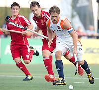 DEN BOSCH -  Roel Bovendeert (r) in duel met de Engelsman Peter Jackson tijdens de wedstrijd tussen de mannen van Jong Oranje  en Jong Engeland, tijdens het Europees Kampioenschap Hockey -21. ANP KOEN SUYK