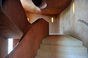 Duitsland, Duisburg, 6-5-2011Een van vroegere de binnenhavens van deze stad is onderdeel van Ruhr 2010. Een industriepark waarbij oude fabrieken en pakhuizen veranderd zijn in plaatsen voor cultuur en horeca. Hier het trappenhuis van het Kuppersmuhle museum voor hedendaagse, moderne kunst.Foto: Flip Franssen/Hollandse Hoogte